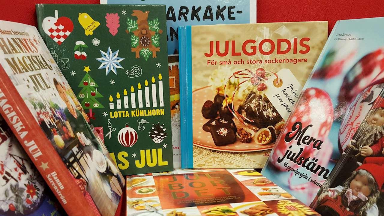 Många julböcker uppställda med omslagen synliga