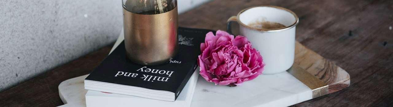 Blommor, böcker och en kaffekopp